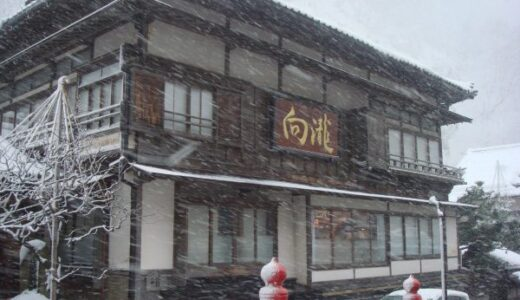 雪化粧の東山温泉向瀧